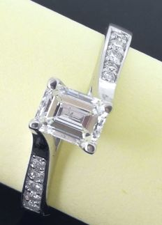 Ring  set with an emerald cut diamond  decorated with side brilliant cut diamonds totaal 0.55 ct ***No minimum price***