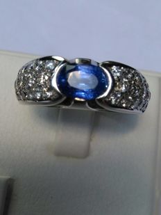 Gold ring (18 kt) Weight: 11 g - With Ceylon sapphire and natural diamonds totalling 2.70 ct (certified)