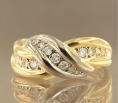 18 kt bi-colour gold ring set with 15 brilliant cut diamonds, approx. 0.40 carat in total. Ring size 16.5 (52)