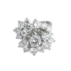 Rosette-shaped ring in 18 kt gold. Total carat weight: 2.36 ct