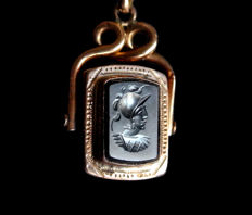 Two-faced rotating pendant from the 19th century in gold with beautiful intaglio of a helmeted soldier on hematite.