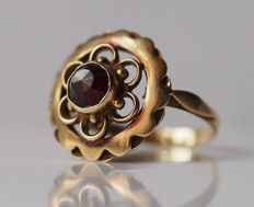 Gold ring with 1 rose cut garnets