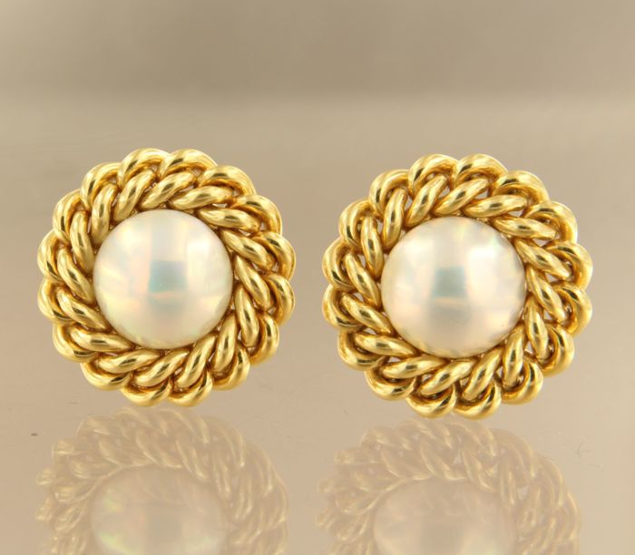 18 kt yellow gold clip-on earrings, set with Mabe pearl, diameter is 2.3 cm wide