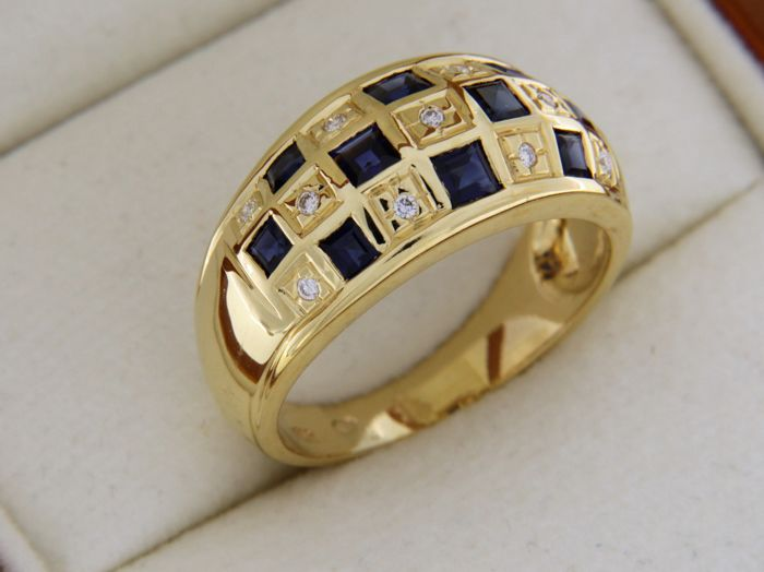 Ring in 18 kt yellow gold with sapphires and diamonds.