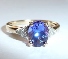 14 kt gold ring with tanzanite of top colour quality + 20 brilliant-cut diamonds; size 54-55
