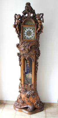 Pendulum Clock in polished Baroque style walnut with 2 angels