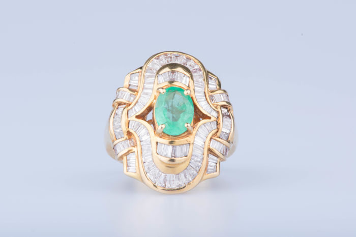 Ring in 18 kt yellow gold with 100 baguette-cut diamonds of approx. 2.07 ct in total, 1 central emerald of approx. 2.41 ct