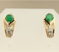 18 kt bicolour gold earrings, set with brilliant-cut emeralds and diamonds of approx. 0.14 ct in total and 1.4 cm by 7.5 cm in size
