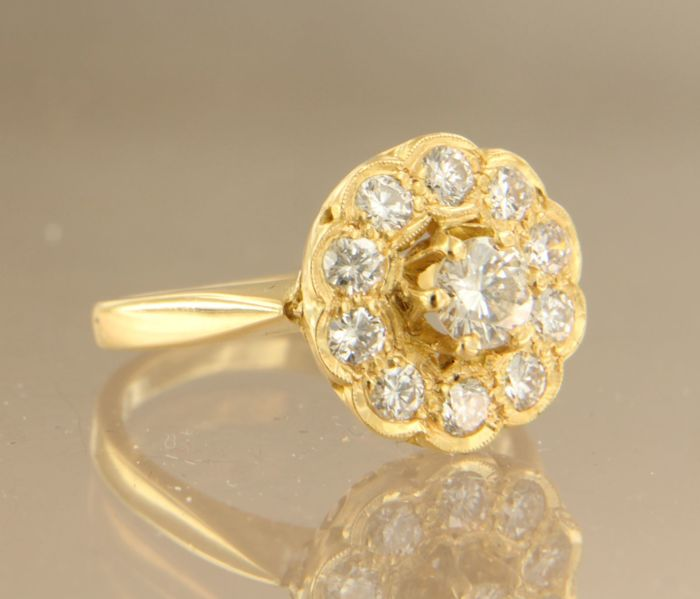 20 kt yellow gold entourage ring set with 11 brilliant cut diamonds, ring size 16 (50)