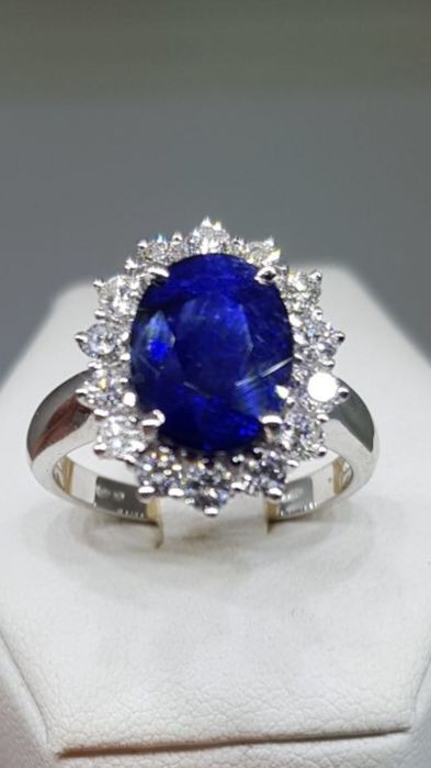 Ring with sapphire and diamonds, 0.60 ct – Size 16.