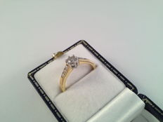 18 karat white gold ring with central diamond of 0.30 ct and 6 diamonds - 0.54 ct in total - ring size 17/53