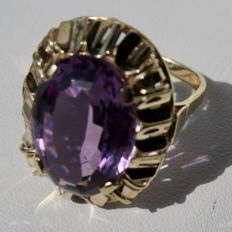 14kt. Gold ring with an extra large natural faceted Amethyst of approx. 8.28 CT. 16X13mm in a very solid frame. Excellent state.
