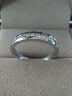 Ring in 18 kt white gold with 10 diamonds totalling 0.14 ct and measuring 1.50 mm.