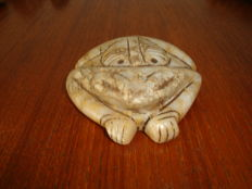 Taino Greater Antilles - Zemi - Frog -  chiselled and polished cream coloured stone - Height 19 mm - Length 88 mm - Width 75 mm.