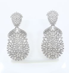 IGI Certified 14 kt/585 White Gold Long Diamond Earrings - Diamonds 10.43 ct.- 70 mm Length