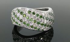 18 kt white gold ring with intense fancy green colour, 0.90 ct, and white diamonds of 0.90 ct – Size 53