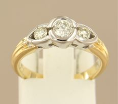 18 kt bicolour gold ring set with 3 brilliant cut diamonds in total approx. 0.45 carat ring size 16 (50)