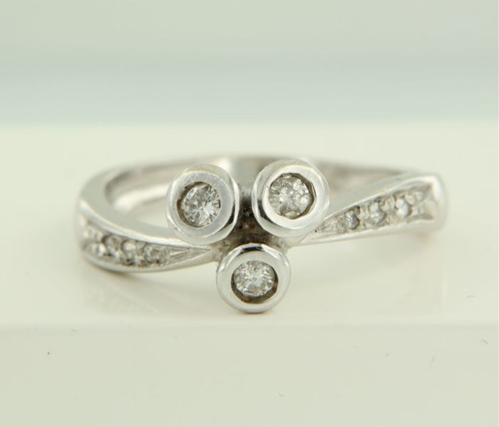18 kt white gold ring set with brilliant cut diamonds, ring size 17.25 (54)