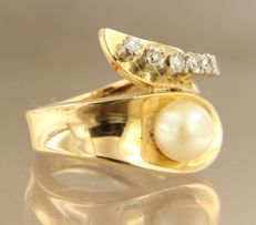 Yellow gold wavy ring of 18 kt, set with freshwater cultivated pearl and 6 single cut diamonds, ring size: 18 (57)