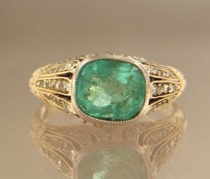 14 kt bi-colour ring set with 3.50 ct cushion cut emerald and 82 rose cut diamonds 0.50 ct