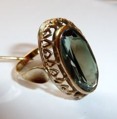 Ring made of 8 kt / 33 gold – large boat-shaped ring head – green gemstone