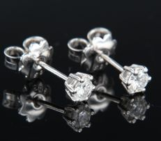 14 kt white gold solitaire ear studs set with brilliant cut diamonds, width 4.1 mm