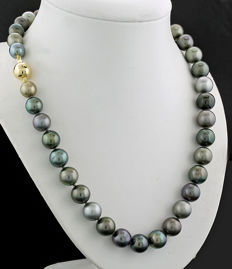 Elegant Tahitian pearl necklace in harmoniously combined grey tones, 9-11 mm diameter, 585 yellow gold --- no reserve price--