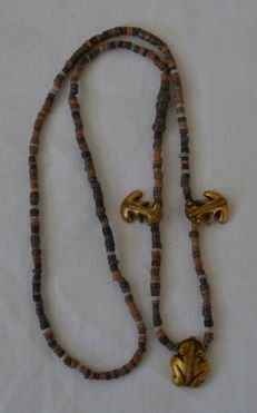 Pre Colombian - Figure Pendant with necklace - Tumbaga gold - Length ca. 650 mms