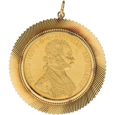23.6 kt and 18 kt - Yellow gold 18 kt pendant set with Austrian 4 ducat coin from 1915, 23.6 kt - 65 mm x 54 mm
