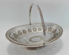 An English handle basket with floral engravings - Mappin & Webb