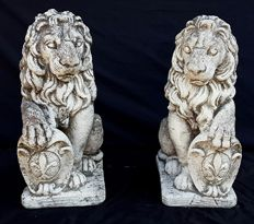 Pair of recovered lions with Florentine coat of arms - in marble grit - Italy, first half of the 20th century