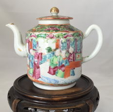 Kanton Famille RoseTeapot - China - late 19th century