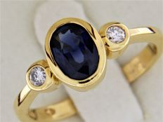 Ring in 18 kt yellow gold, sapphire + diamonds.