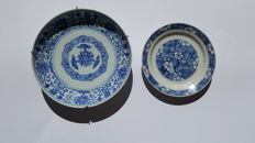 Two blue and white plates, both beautifully marked! – China – Early 18th century (Kangxi and Yongzheng period)
