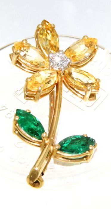 delicate brooch with diamond, sapphires and emeralds / 18 kt. / size 31.5 mm x 14.3 mm