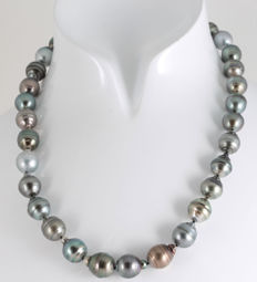 Multicolour Baroque Tahitian Pearl Necklace 11x13.8mm featuring a Silver Baroque shaped Clasp, L 47 cm