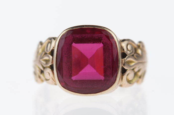 14 karat gold women's ring set with ruby-coloured quartz, ring size 17.25