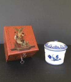 Saint Cloud?  travel container with lid, for make-up and ointment - Decoration made of roses of blue enamel on white background - Original key and case