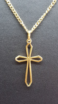 14 kt yellow gold necklace with a cross pendant. No reserve.
