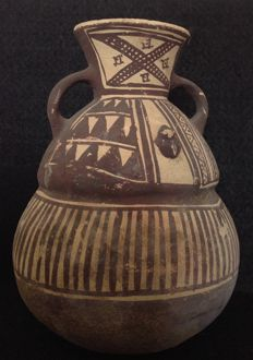 Pre-Columbian Chancay culture pottery with painted decoration and two small frogs - 19 cm