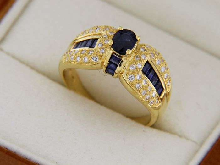 Jewellery ring in 18 kt yellow gold with sapphires and diamonds - ring size: 56.