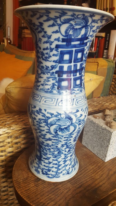 Vase, blue colour on white with calligraphy motifs – China – Early 20th century