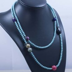 18 kt/750 yellow gold – Long necklace with turquoises and multi gemstones – Length: 90 cm.