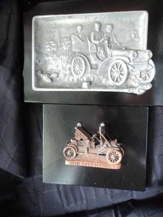 1 solid metal cast plate with car motiv around 1905 and 1 metal cast Ford T model of 1910
