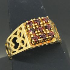 18 kt gold ring with 9 garnets - 750/1000 gold