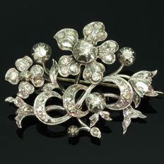 Victorian flower branch gold backed silver brooch foil set with diamonds, anno 1830