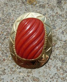 Superb engraved natural coral cabochon mounted on 18 kt gold, can be worn as a brooch or pendant.