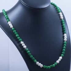 18 kt gold necklace with emeralds and cultured pearls – 58 cm