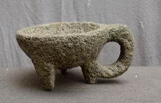 Pre Columbian basalt stone mortar with a birds head -  22,5 cm