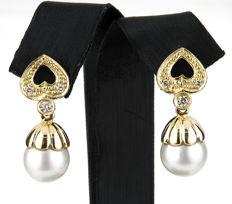 18 kt yellow gold – Earrings with heart motifs – Brilliant cut diamonds – Australian South Sea pearls – Earring height: 27.50 mm